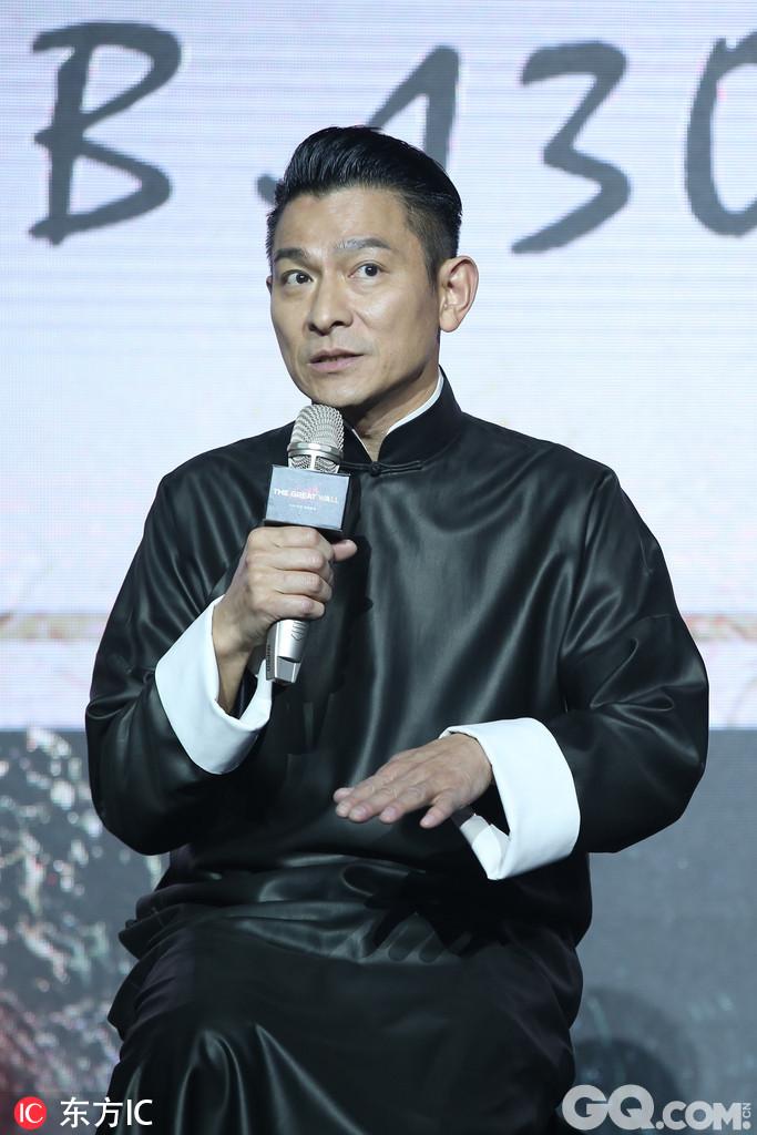 """影片呈现了一场中国英雄保卫人类的战争,张艺谋也笑说,""""这次终于轮到中国英雄拯救世界了。"""""""