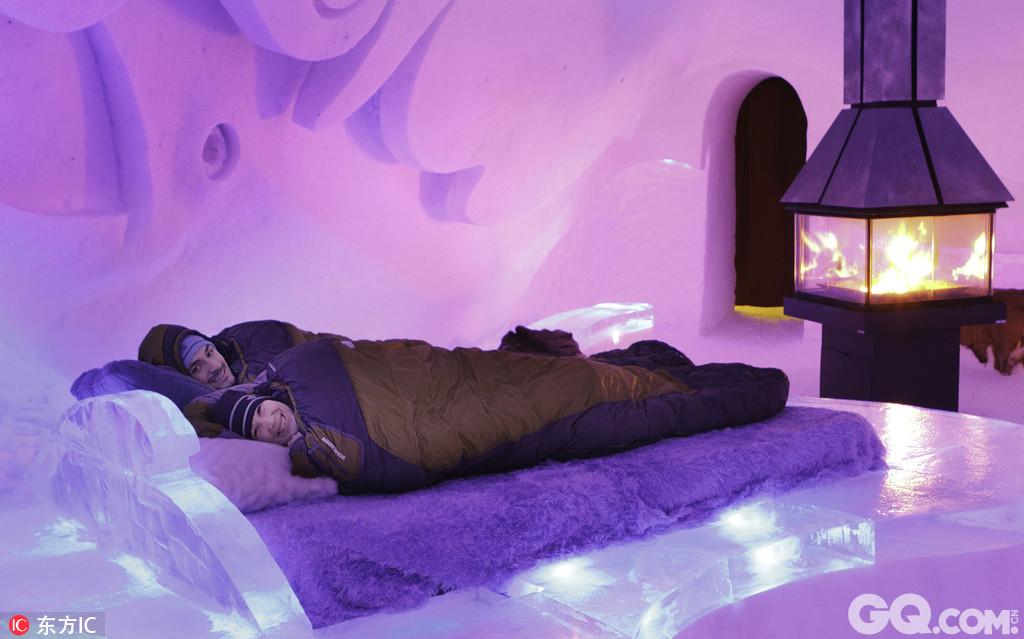 加拿大魁北克省有一家冰雪旅馆,每年冬天开门,旅馆内外全部是用雪和冰块砌成的。在这家旅馆里,宾客们可以躺在冰做的床上体验难忘的一夜。该旅馆是用3万多吨雪砌成冰块和冰雕建成的,每块重达500吨。从2001年开业以来,冰旅馆已经接待了来自世界各地超过100万名游客。
