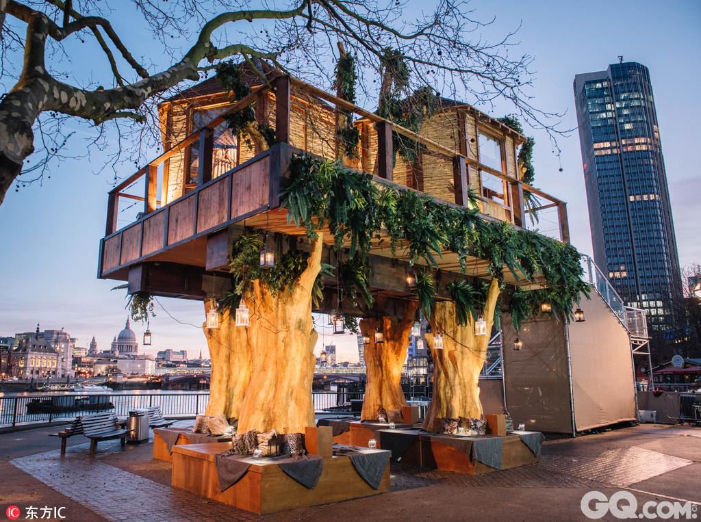 维珍假日公司在伦敦市中心建造的一座南非风情树屋别墅酒店引起了众人的关注,其独特的地理位置、充满异域风情的内部装饰以及周围美丽的景色,吸引了众多游客前去体验。这座树屋35英尺(约10.6米)高,位于伦敦南岸,有两间客房和一个独立的露天阳台,客人们在树屋内就可以将泰晤士河日落西垂的景色尽收眼底。赢得机会入住的游客还可以品尝顶级厨艺大师的六道式美味西餐。屋内装潢由Hubert Zandberg设计,豪华四帷柱大床、南非民族雕塑,以及各种南非部落特有的印花图案让整个房间展现出了浓郁的南非乡村风情。