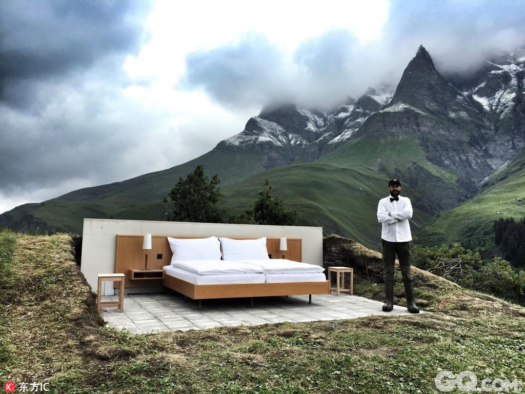 瑞士Stern Hotel日前推出了一款脑洞大开的空酒店,没有四墙没有房顶,整个酒店除了一张床和一名男侍外再无其他,入住者除了能360度无死角欣赏阿尔卑斯山的美景外,更能狠狠体验一把天地为床星月为被的超脱滋味。