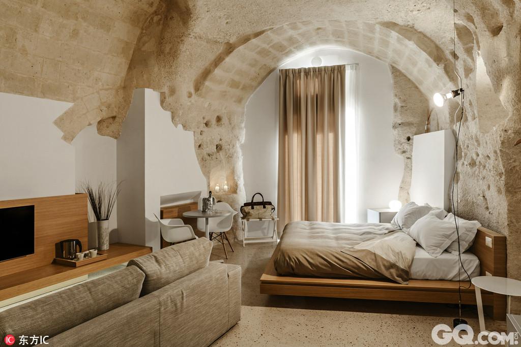想要体验洞穴文明却又不想忍受落后?来意大利巴里的Metellus Dimora酒店啊,该酒店坐落于马泰拉岩石区,这个独特的区域被联合国教科文组织在1993年列为世界遗产,这里山高水险,交通不便,藏匿古老洞穴中的酒店却极尽奢华,充满了现代气息,现代文明和古文化在这里完美融合独具创意,宛若一颗嵌在岩石中的璀璨明珠。