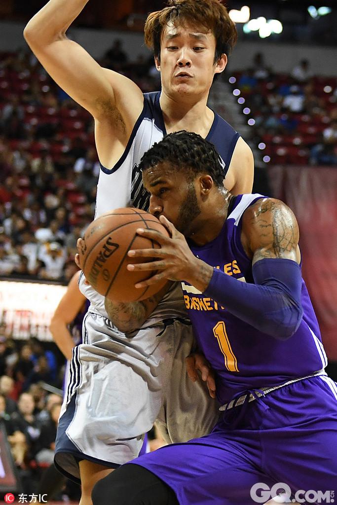 2017年NBA夏季联赛拉斯维加斯站半决赛:小牛98-108湖人。丁彦雨航2分2篮板。