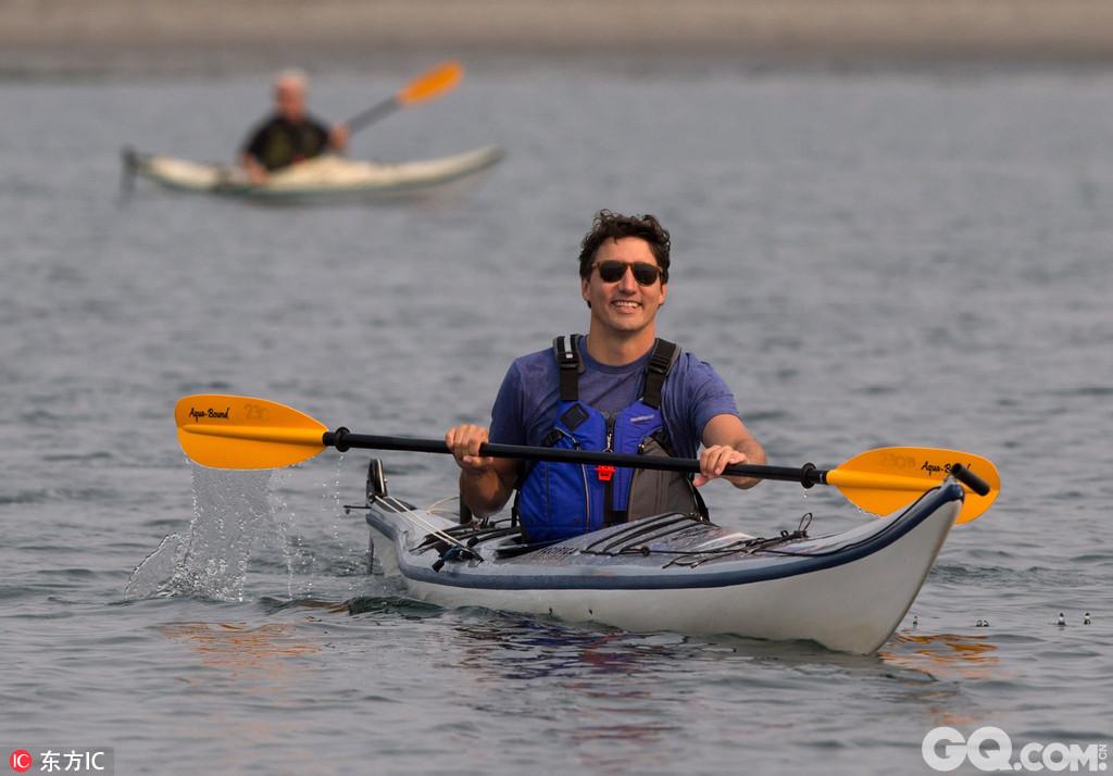 当地时间2017年8月5日,加拿大不列颠哥伦比亚省,加拿大总理特鲁多玩皮划艇,他在试图坐到皮艇上时不慎摔入河中。