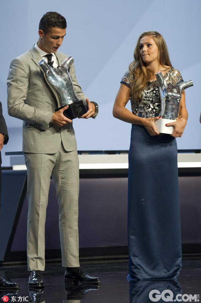 16/17赛季欧足联最佳颁奖典礼,C罗荣膺欧足联年度最佳球员,马尔滕斯获最佳女球员。