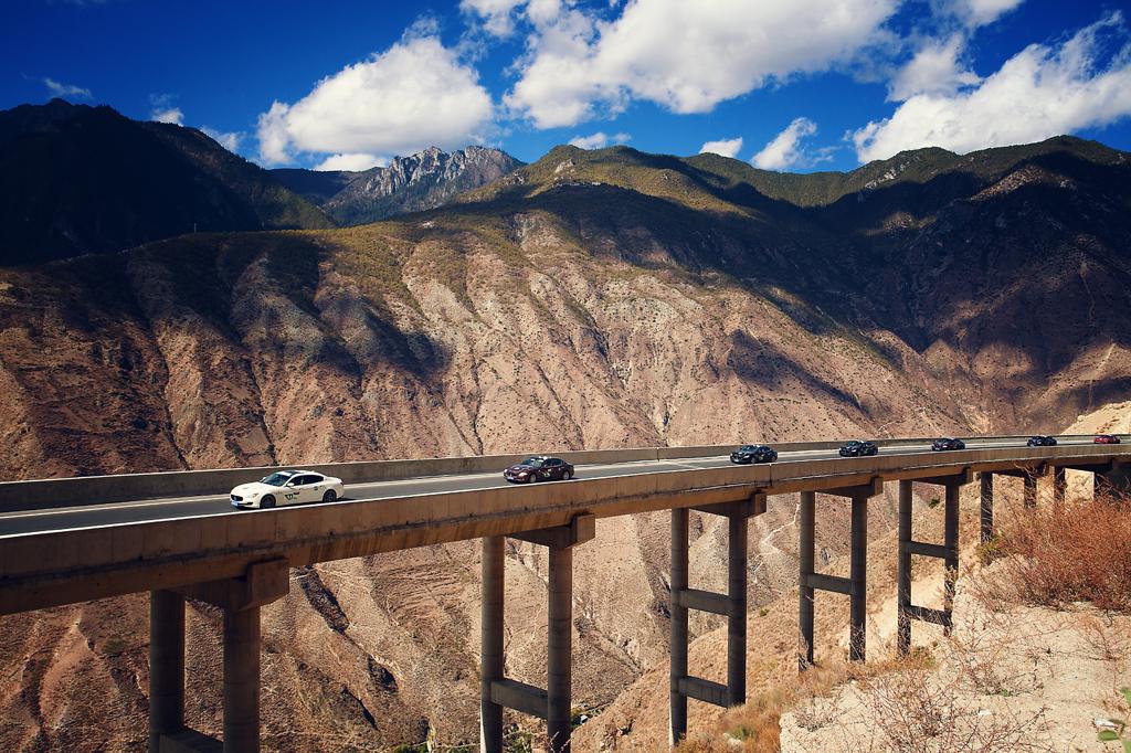"""伴随初冬的脚步,""""玛莎拉蒂1000""""在风景秀丽的大理开启了为期7天的拉力之旅。来自全国各地的车主和媒体组成了这支壮观的拉力车队,一路驾驶着奢华优雅的Quattroporte总裁轿车,激情动感的GranTurismo跑车,浪漫阳光的GranCabrio敞篷跑车和轻盈灵动的Ghibli轿车,穿越大理、沙溪、丽江、塔城,最终抵达香格里拉。"""
