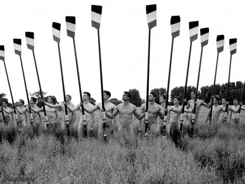 """华威大学赛艇队从2009年起每年都会拍摄全裸慈善月历,队员们在受访时说,拍摄过程充满乐趣,""""希望大家看到我们都能开心""""。 展现青春无敌的健美肌体,为对抗恐同症的组织筹款。继去年赛艇队员裸拍的月历反响强烈之后,反恐同组织Sport Allies筹集4万2千美元善款。今年他们又不甘示弱地拍了新的台历。虽然这人大学生大多数是直男,但他们表示很愿意为同性恋、双性恋和跨性别社群(LGBT)提供帮助。他们希望能够通过这样的义卖活动来筹集善款。看看这一个个阳光的少年们,个个都有着大卫般的身材,还有着做慈善的美丽心灵,会有什么理由不支持他们呢。"""