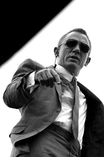 属于'纯爷们儿'的克莱格在电影007当中也不少出现一些带有墨镜的装扮,不过蛤蟆镜可以说是最适合他的一款墨镜了。