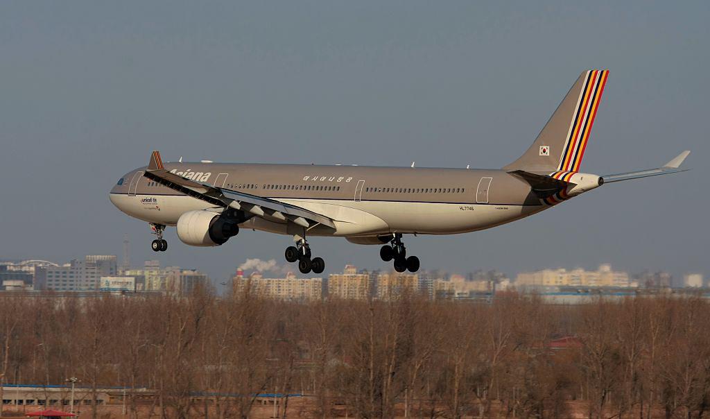 a330-300飞机采取两级客舱布局,可以搭载300名乘客,有38个公务舱座位.
