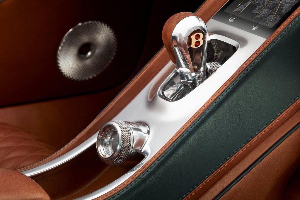 賓利EXP 10 Speed 6概念車的整體造型非常動感,采用了雙門Coupe的造型風格。新車前臉采用了大尺寸的格柵設計,格柵中浮現了數字6,其實這個設計是像經典的Speed 6概念車致敬。兩側的大燈看上去科技感十足,采用了LED光源,底部保險杠則采用了蜂窩狀設計,也是突出了運動風格。新車內部則延續了賓利的豪華風格,大量采用棕色皮革裝飾,方向盤、擋把以及出風口等還采用了鍍鉻裝飾。新車采用雙座布局,后方可以放置一些物品。動力方面,概念車搭載6.0L W12渦輪增壓發動機,最大功率從575馬力提升到590馬力。峰值扭矩從700牛米提升到720牛米。