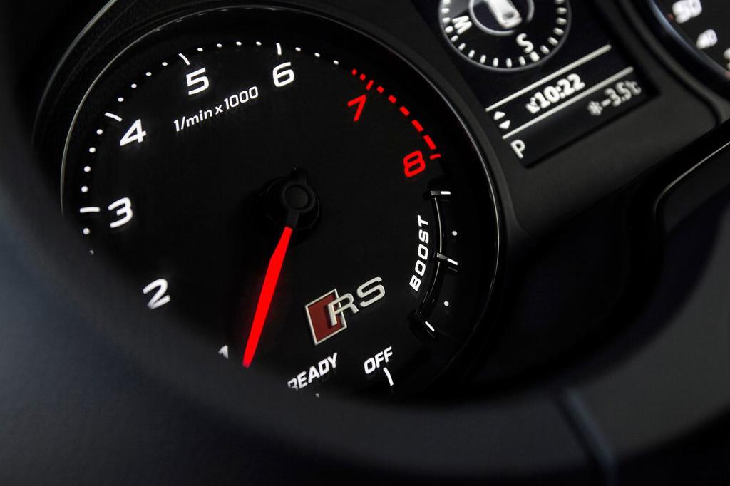 基于两厢版本奥迪A3打造而来的RS3 Sportback整体车身线条与普通车型无异,不过,RS系列特有的运动型包围与碳纤维黑的装饰却表现出了RS3 Sportback的真实身份。无论是黑色蜂窝状中网,还是两侧的大面积进气格栅,无不强调出RS3 Sportback的运动基因。在车内部,RS3 Sportback特有的运动装扮同样必不可少,RS 3系列铭牌、翻毛运动型方向盘等装备一一出现在新车内部。在动力方面,RS3 Sportback搭载了一台2.5T直列5缸涡轮增压发动机,其拥有367马力的最大输出功率以及465牛米的峰值扭矩。匹配上7速S tronic双离合变速箱与Quattro四驱系统,4.3秒的0-100公里/小时加速成绩足以震慑每一台性能跑车。