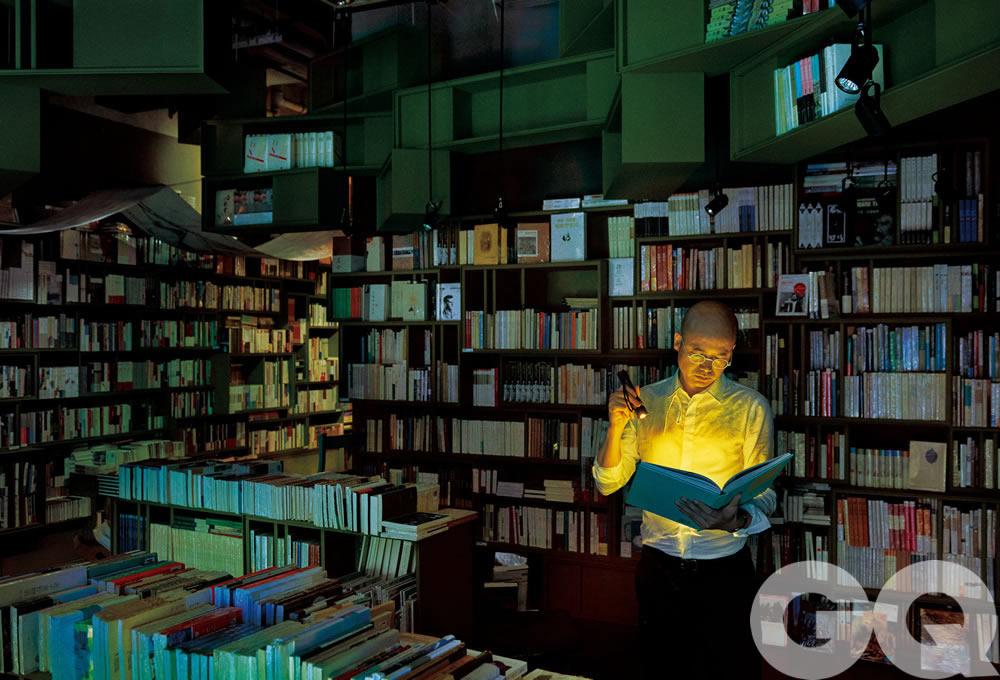 """作为著名服装品牌例外创始人,毛继鸿近年来更受关注的身份是""""方所""""书店的老板。举步维艰的实体书店业举步维艰的年代,他成功令""""方所""""逐渐成为一种值得称道的生活方式,变成了广州等几个城市的地标。  在服装品牌""""例外""""等成就之后,毛继鸿始终是现代都市中有品质生活的倡导者和服务者。 他创立的""""方所文化""""已成为都市文化生活的新地标。他致力于在一个生活方式爆炸但生活内容空乏的时代,寻找生活与时代的关系,不使生活方式脱离时代,又不让时代因快速奔跑而伤害生活质量。"""