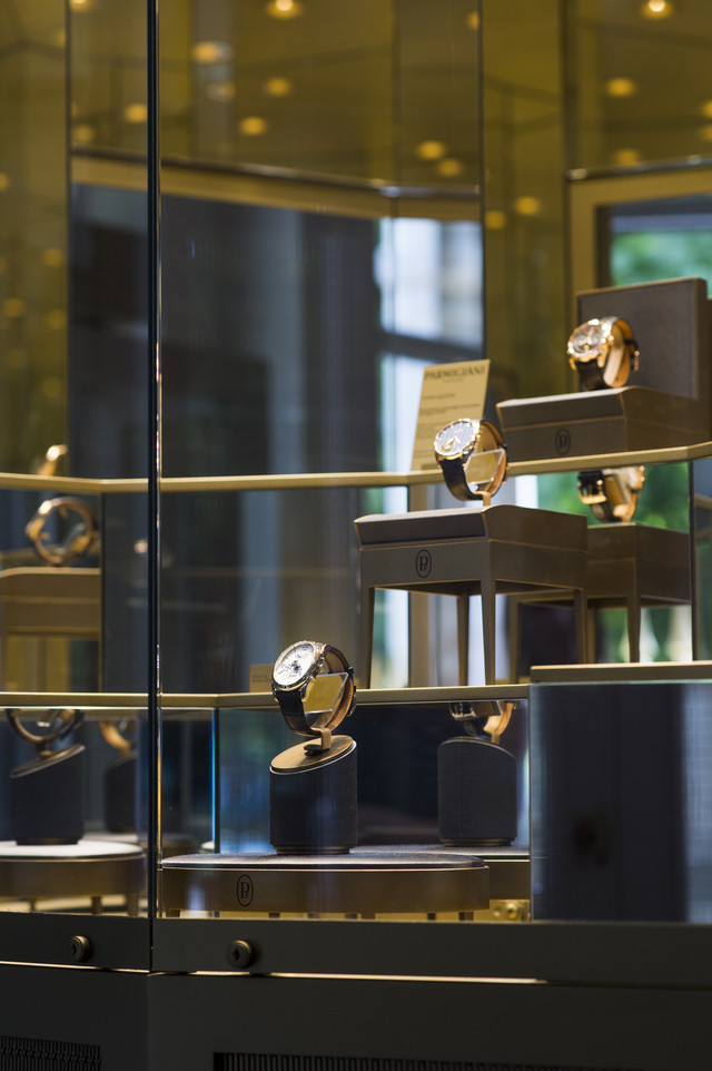 """展架对面,木质嵌板环绕出一处奇幻小屋般的所在。这个空间用于展出帕玛强尼各系列中的特色表款和复杂多功能时计等作品,证明帕玛强尼在""""高级钟表""""界的独特地位。 亦如帕玛强尼在伦敦蒙特大街 (Mount Street) 的精品店,这家位于巴黎""""皇家宫殿""""的帕玛强尼Studio概念专卖店同样标新立异,优雅独具,同时又弥漫着地道的巴黎气息。对于那些视时间表达为永恒魅力之源的人士,这里是理想的聚会之地。"""