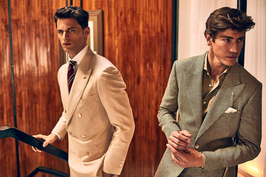 Massimo Dutti推出了夏季个人定制系列男装。经典的三件套西装,复古的风格,绅士的风度显露无疑。中性色的柔和,搭配柔和的日光,温文尔雅的气质,被西装衬托着,从容而得体。