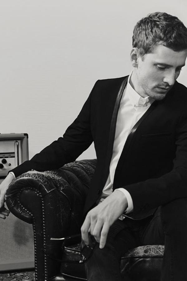 zara推出了摇滚风主题的男装,黑白的画片,正切合这种音乐风格.