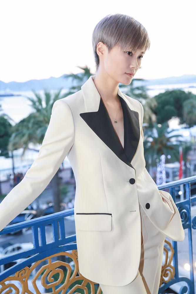"""2016年,Gucci欣然推出全新GG2570系列腕表,该系列名称中""""25""""为Gucci创意总监Alessandro Michele的幸运数字,""""70""""则是为了纪念Gucci的黄金十年 — 1970年代。GG2570腕表采用经典1970年代的几何形状,带来了圆角方形的全新表壳设计,成为该系列腕表的完美基础,此款腕表采用抛光表圈镶嵌86颗钻石,奢华馥贵间更具古典色彩。"""