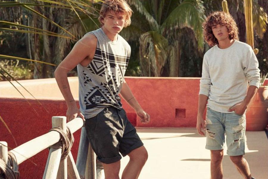 H&M推出了Divided系列男装型录,拥抱年轻的时尚态度。运动风格的服装,适合活力充沛的夏日,从印花T恤到丹宁短裤,一派狂欢的气氛。简约而随性的时尚态度,是当下年轻一代崇尚的。