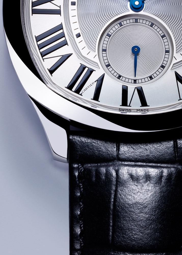 """今年五月首发的五款Drive de Cartier腕表中,包括一款搭载9452 MC型浮动式陀飞轮机芯的高级制表,荣膺""""Poinçon de Genève""""(日内瓦优质印记)"""