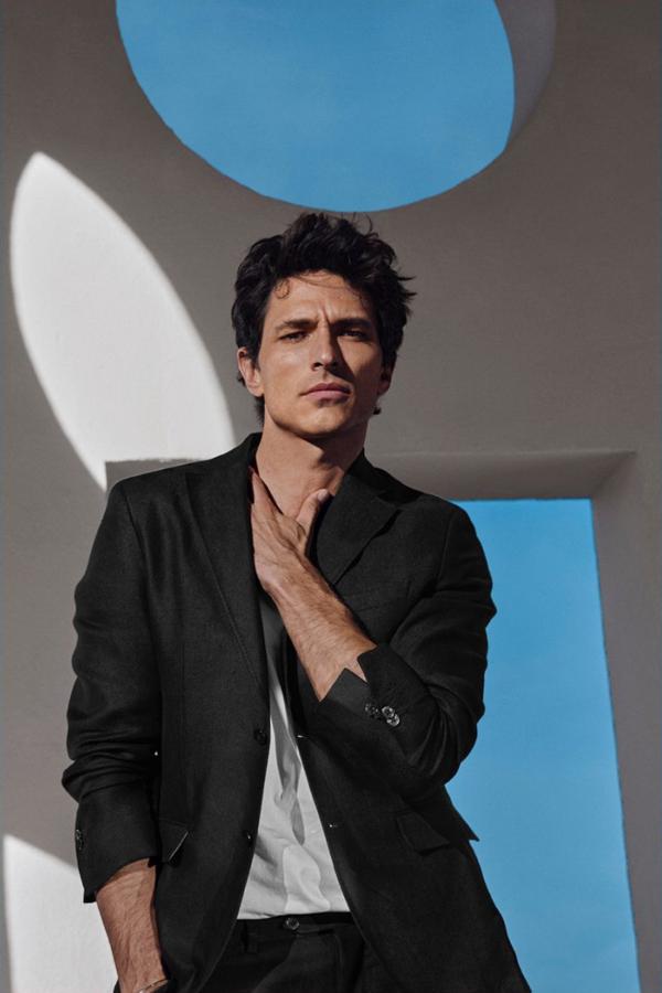 Massimo Dutti 本季携手顶级男模Andres Velencoso Segura推出最新男装型录。成熟男士的风尚,通过皮衣、夹克衫、西装展露无遗。而一半西装一半运动装的混搭,让夏日多一些灵感的释放,带来不一样的时尚感觉。