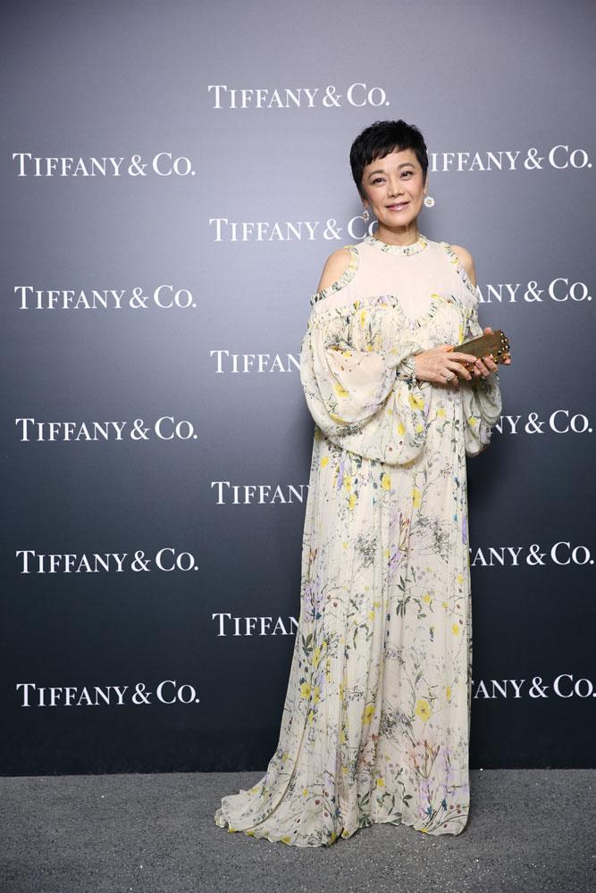 张艾嘉佩戴雏菊造型黄钻耳坠,精致的钻石花瓣包裹浓彩黄钻,与腕上的Tiffany Cocktail腕表,展现璀璨自然光华