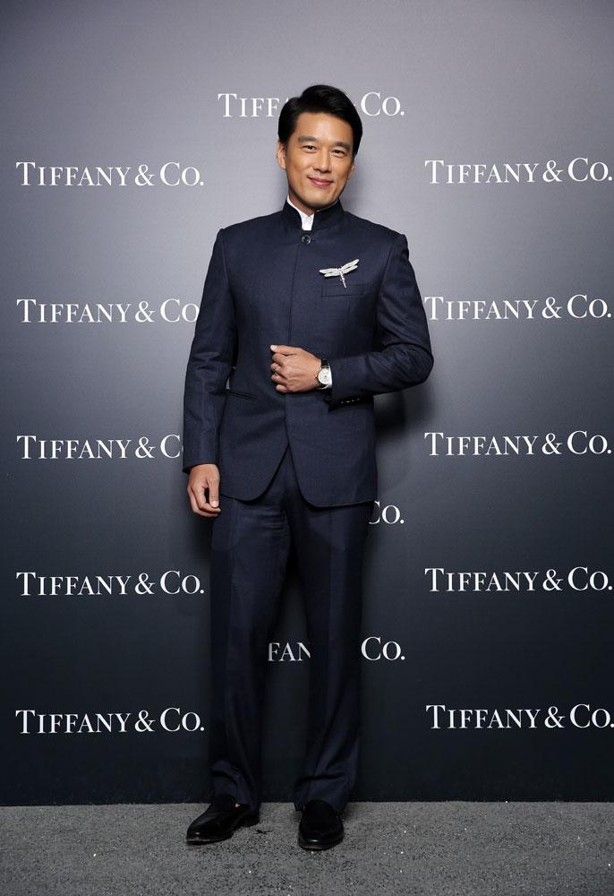 王耀庆佩戴以蒂芙尼古董珍藏库为灵感创作的钻石蜻蜓, Tiffany T系列18K 白金手镯, Tiffany CT60腕表
