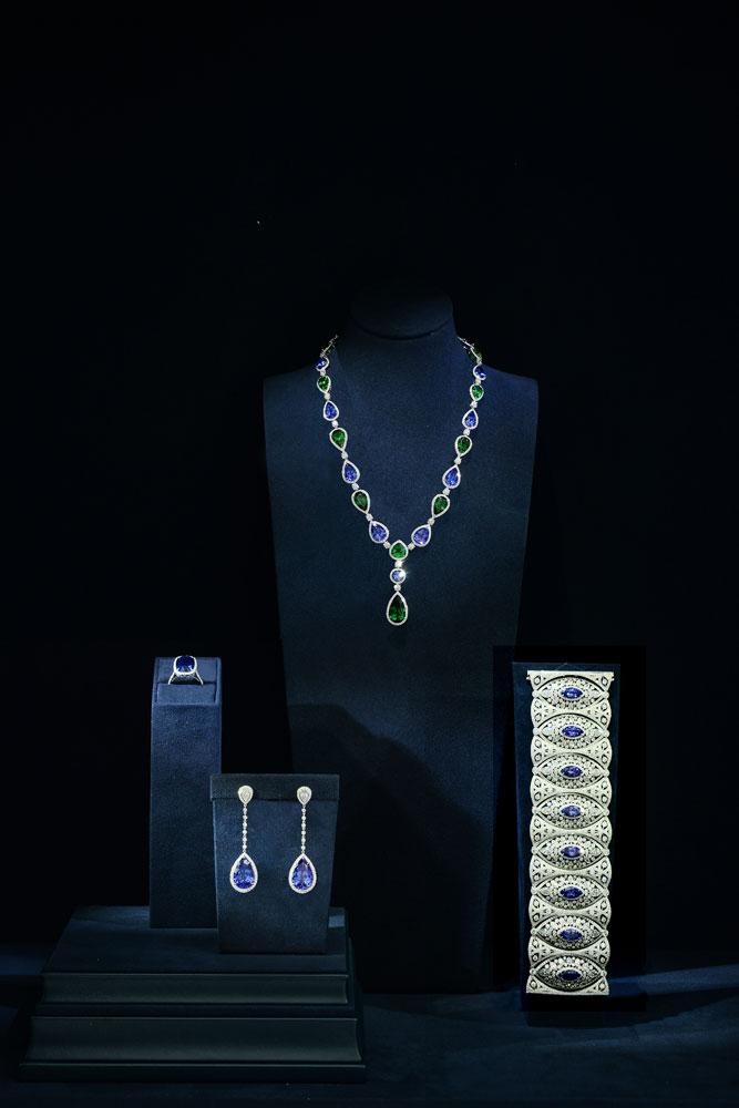 铂金镶嵌沙弗莱石、坦桑石及钻石项链,浓郁的色彩赋予项目光彩魅力;梨形切割坦桑石耳坠;12.20克拉的椭圆形坦桑石戒指;设计立体而动感的榄尖形切割钻石及坦桑石手镯