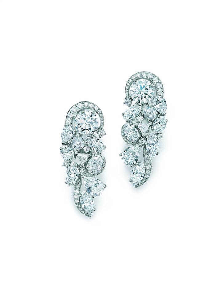 铂金镶嵌圆形、祖母绿形、椭圆形、梨形、榄尖形、方形、三角形等混合型切割钻石耳坠像钻石瀑布一样精密而巧妙的串联,使钻石得以最大限度折射璀璨光芒