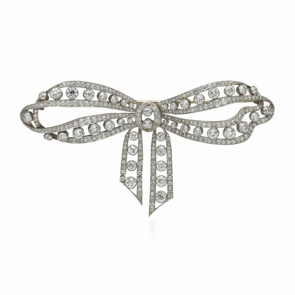 此款镶嵌303颗古典欧式切割钻石的蝴蝶结胸针,是一款从花环风格过渡到装饰艺术风格的典型代表作品。在四周密镶一圈圈独立钻石的蝴蝶结胸针盛行于1910-1920年间