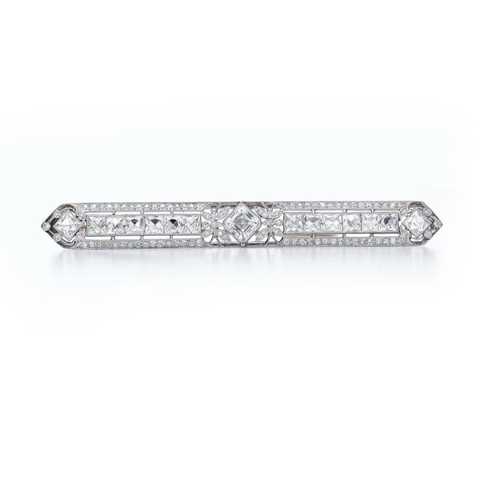 装饰艺术风格钻石胸针,采用了方形祖母绿形切割钻石,辅以小克拉圆形切割钻石。在20世纪初,因为适宜白天佩戴,所以经常被女性佩戴在翻领或夹克上