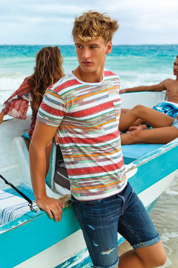 American Eagle是美国超人气的牛仔品牌,旨在为15-25岁的青少年提供潮流牛仔服饰。本季以沙滩度假为主题,混色条纹T恤个性独特,纯白的牛仔裤简约而时尚,军装风格的夹克衫也是秋季理想的过渡。