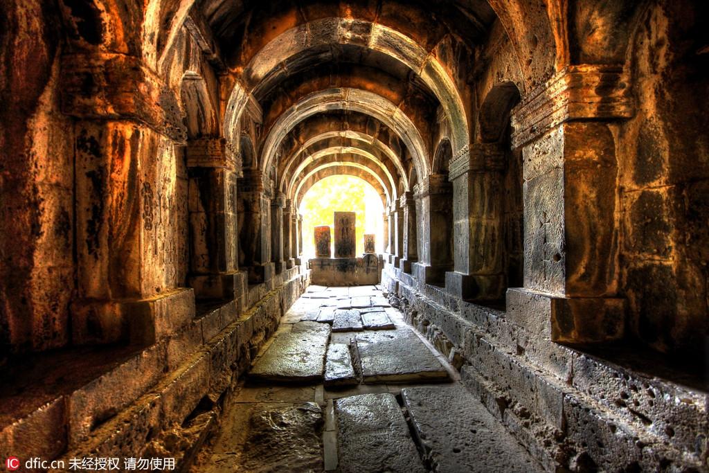 图为亚美尼亚的萨那欣修道院。石克罗地亚摄影师Oleg Mastruko走访了包括科索沃、马来西亚、阿塞拜疆等全球各地的废弃寺院,将这些曾经用于供奉神明的精美宗教建筑重新展现在世人眼前。
