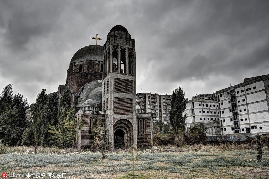 图为科索沃普里什蒂纳的塞尔维亚东正教大教堂,但这座教堂尚未完工就被遗弃。在上世纪九十年代的南斯拉夫内战中,塞尔维亚曾意图吞并科索沃,当地的塞族人便开始在市中心兴建这座教堂。而最终当塞尔维亚输掉科索沃战争之后,大部分塞族人回到了塞尔维亚,这座教堂从此便被遗忘。这座教堂克罗地亚摄影师Oleg Mastruko走访了包括科索沃、马来西亚、阿塞拜疆等全球各地的废弃寺院,将这些曾经用于供奉神明的精美宗教建筑重新展现在世人眼前。