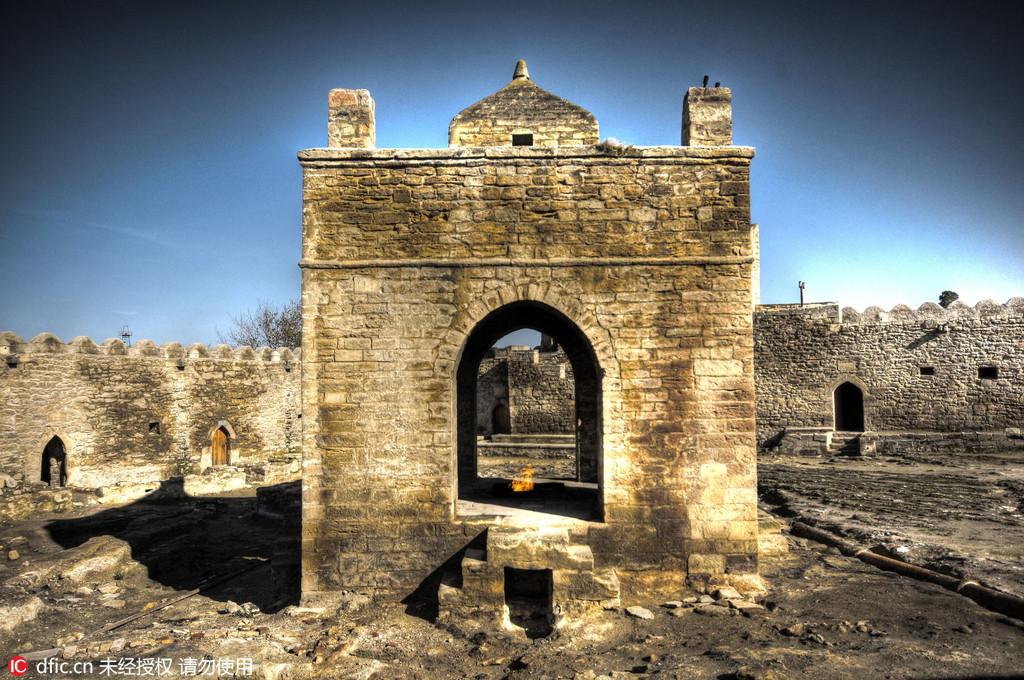 图为阿塞拜疆巴库的火祠。这座印度教火祠被建成了城堡模样。克罗地亚摄影师Oleg Mastruko走访了包括科索沃、马来西亚、阿塞拜疆等全球各地的废弃寺院,将这些曾经用于供奉神明的精美宗教建筑重新展现在世人眼前。