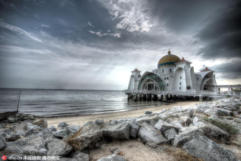 图为马来西亚马六甲海峡清真寺。这座建在海边的清真寺寓意向广阔的大海传播伊斯兰教义。克罗地亚摄影师Oleg Mastruko走访了包括科索沃、马来西亚、阿塞拜疆等全球各地的废弃寺院,将这些曾经用于供奉神明的精美宗教建筑重新展现在世人眼前。