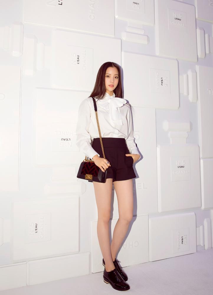 欧阳娜娜身着香奈儿 2016秋冬高级成衣预告系列 白色衬衫搭配黑色短裤图片