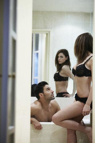 在镜子面前对视和互相欣赏,是一种很有效的交流方式,而且你可以称赞她的身体,在镜子面前让她觉得更自信。