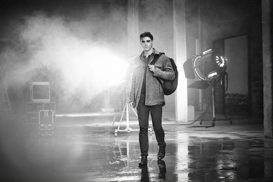 Kenneth Cole 邀请到《绝命毒师》中的RJ Mitte参与2016秋冬广告大片的拍摄,黑白色调与烟雾缭绕的片场,RJ Mitte谈到他的表演事业、慈善事业,以及他的患有脑瘫,以此号召人们参与到慈善事业。
