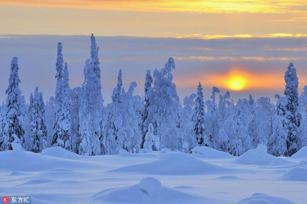 来到圣诞老人的故乡,和爱人躺在圆顶玻璃的小屋里看漫天繁星,捕捉神奇壮观、五彩缤纷的北极光,在新年第一天的早上也会笑着醒来。