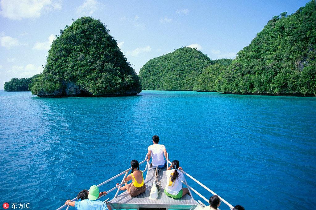帕劳的海有七种颜色,海底的鱼群多的数不清,可以和水母共舞,也可以和鲨鱼一起遨游,任谁都无法拒绝碧海蓝天的热情邀约。