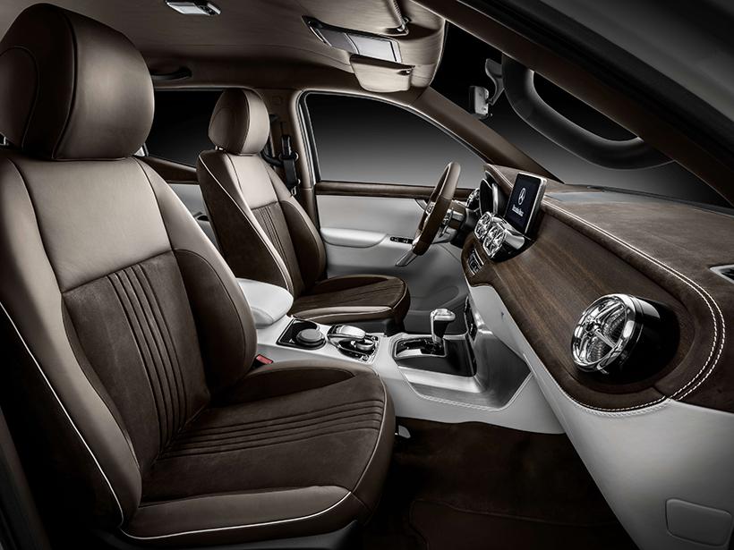 移步车内,在内饰方面,即使是皮卡车型,X-Class保持了奔驰家族设计和一如既往的奢华。尽管这一设计让这辆皮卡在感受上缺失了一丝皮卡的硬汉风格,但谁会对拒绝奢华的享受呢。