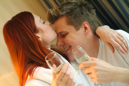 酒最大的好处就是刺激神经,让人更加兴奋。因此你想要你们的关系更进一步时,约会时喝一点酒是不错的选择。