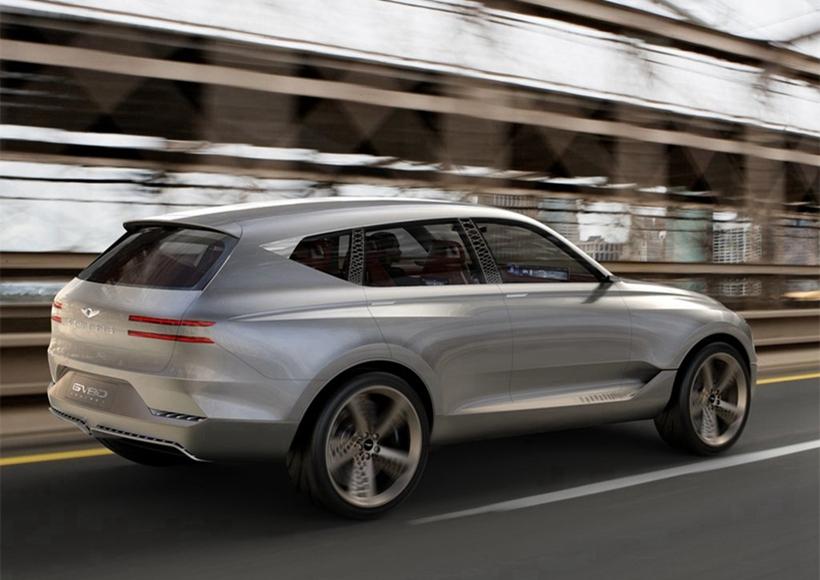 Genesis GV80概念车的设计想要营造出高端奢华的风格,包括车身前格栅采用了大量的镀铬装饰,轮圈以及车身B/C柱的设计也采用了相同的个性风格。但是从整体来看,整车的设计较为简洁,没有太多过于复杂的元素,一定程度上还有一些复古范儿。
