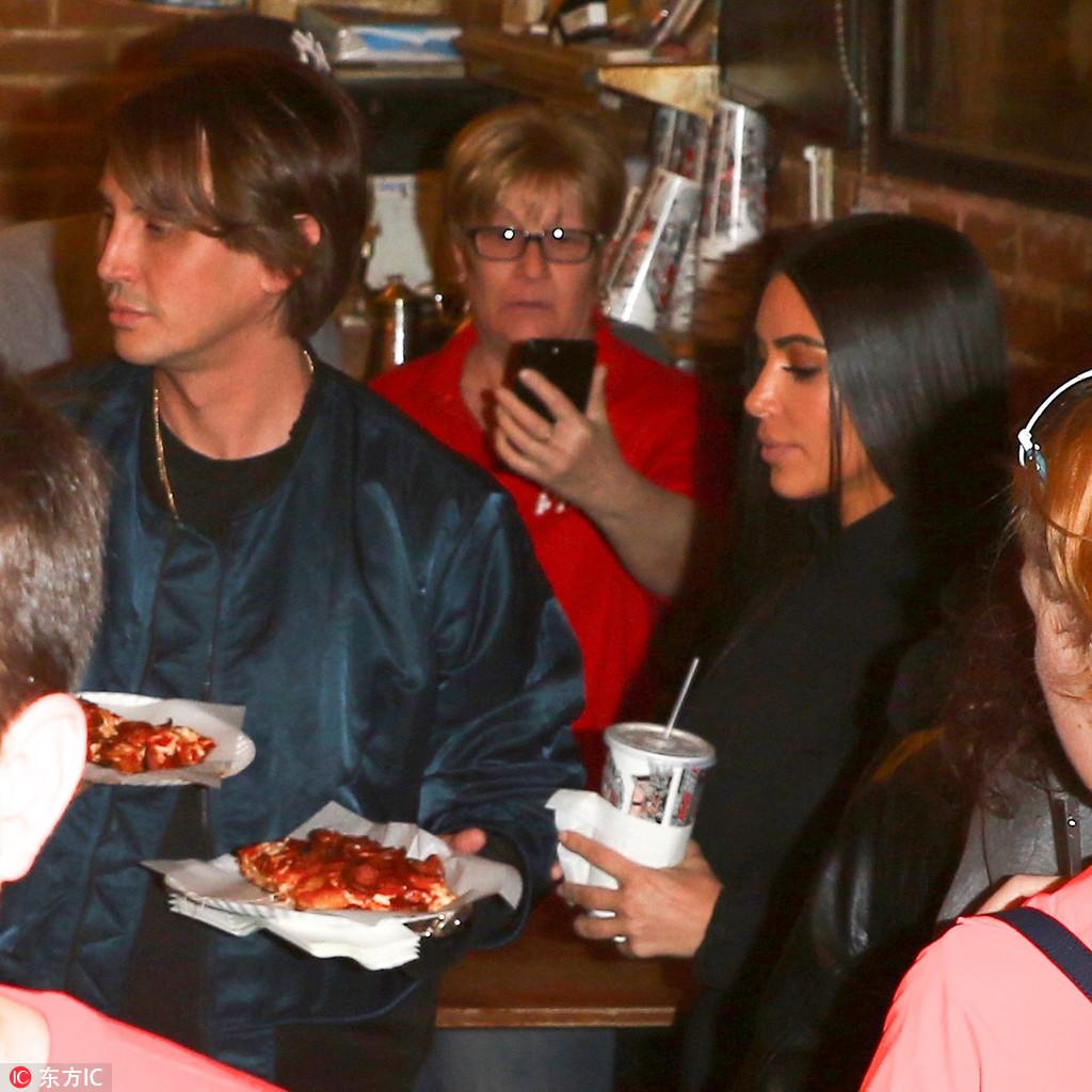当地时间2017年5月15日,美国纽约,卡戴珊姐妹(Kim and Khloe Kardashian)外出,在披萨店狂摆pose自拍,遭围观。