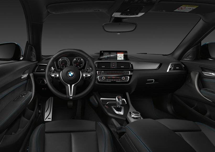 """新车换装了全新样式的前大灯,""""天使眼""""LED日间行车灯的形状从圆形变成了多边形。而车身尾部,变化同样来自尾灯内部结构的变化,如果不仔细观察,,这细微之处的变化不容易被发现。"""
