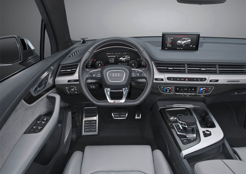 2017款奥迪SQ7 TDI柴油SUV从外观来看,比奥迪Q7略小,传但承了奥迪一直以来的风格。车身外观大多采用铝制材料,而非镀铬装饰,标志性的银色后视镜外壳,六边形的进气格栅格外霸气,同时配备20英寸样式独特的轮毂,当然在测试时我们可以选择21英寸的车轮,如果有需要的话也有22寸的轮胎可供选择。
