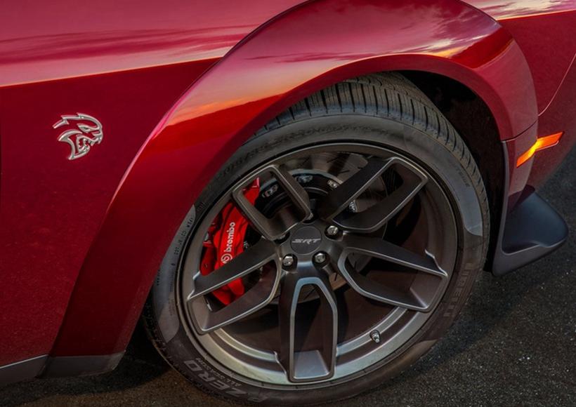 除宽体化的视觉效果之外,Challenger SRT Hellcat Widebody也同时导入了全新EPS电子转向辅助系统,带来更轻盈且直觉得转向反应,搭配可选择Street、Sport与Track的SRT驾驶模式使用,便能感受不同的换档、引擎出力、方向盘辅助力道、悬吊阻尼所带来的驾驶乐趣,或是透过自主设定创造出最适合自己的驾驶风格。