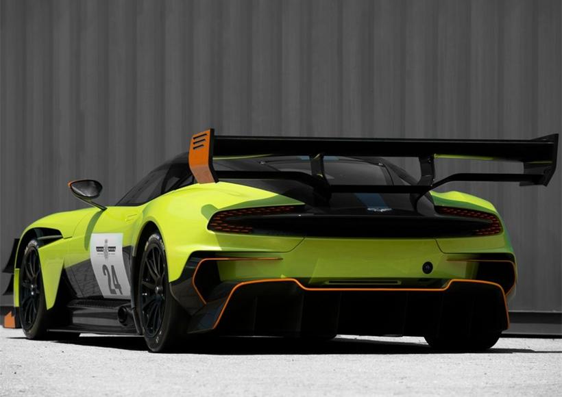 外观方面,新车的整体造型与普通版Vulcan没有太大区别,但新车增加了更多的空气动力学套件,包括发动机舱盖上的散热口、在车尾后部下方的导流扩散器等。此外,新车还采用了更加轻量化的设计,发动机舱盖的整体重量减轻了5kg,看起来线条更加清晰。