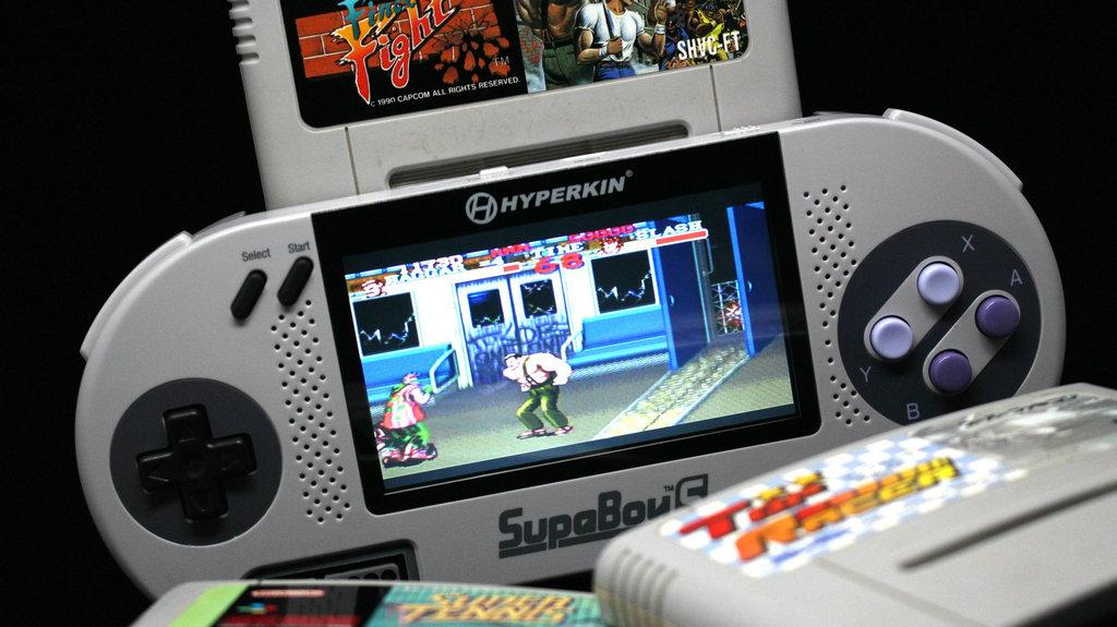 既然说了Retron,就不得不提本家的另一款产品Supaboy S,同样是系统复制的替代掌上游戏机。主屏的LCD显示和北美、欧洲通行款对SNES 游戏的全支持,使这样一款产品迅速流行开来。此外,麻雀虽小五脏俱全,Supaboy S还提供了电视屏幕的输出转换接口,让玩家尽可以在家里宅着享受游戏的乐趣。