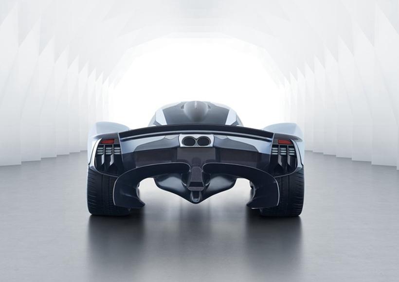 这个最新型号的最大变化之一是驾驶舱和前轮拱门之间的身体开口,阿德里安·纽伊(Adrian Newey)发现,他们是在前方下压方面获得巨大收益的关键。那就是阿斯顿马丁设计团队的工作,将这些新的孔洞整合到整体设计中,并确保它们具有美学优点和空气动力学功能。