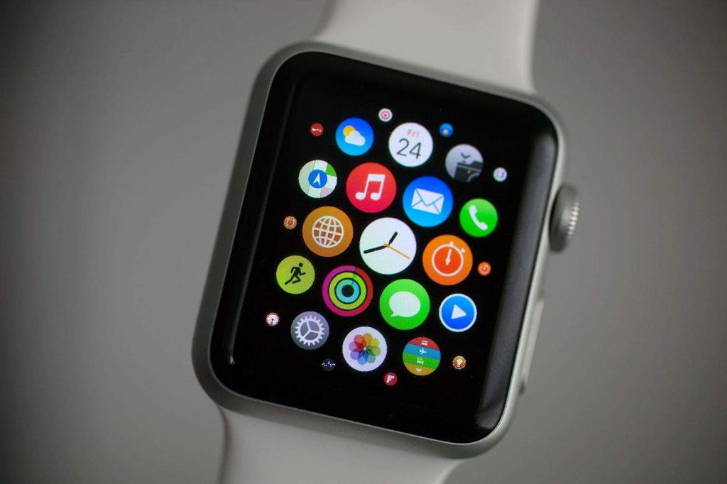 NO.6 Apple Watch Apple Watch是一款便于携带的音乐播放器,特别是在运动的时候,可以通过蓝牙等方式传输音乐,共享iOS生态系统。 参考价格:279美元起(约合人民币1880元)