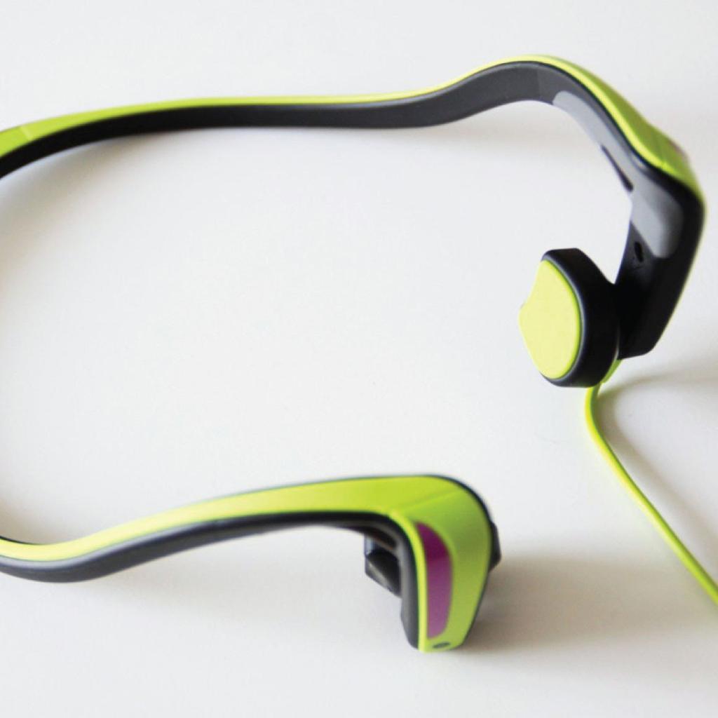 NO.4松下 RP-HGS10 松下 RP-HGS10的设计是采用骨传导,这样的好处就是可以在听音乐的同时不耽误听其他的声音。这样可以避免音量通过耳机刺激骨膜,可以降低声音对耳朵听力的损伤。声音听着更自然。这款耳机还具有防汗、防水、防雨的功能,可以在运动的过程中防止汗水对耳机的损伤。 参考价格:349元